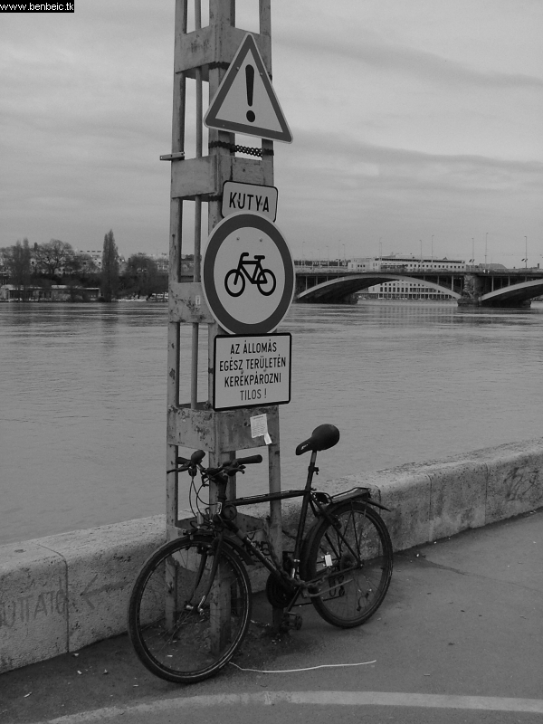 Kerékpározni tilos fotó