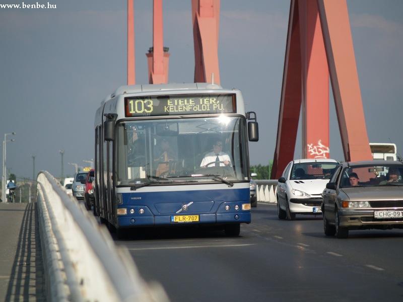 FLR-707 a 103-as busz vonalán a Lágymányosi hídon hajt át fotó