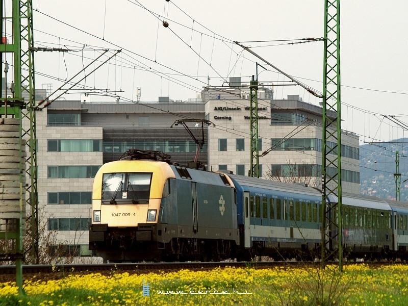 1047 009-4 a Déli vasúti hídnál fotó