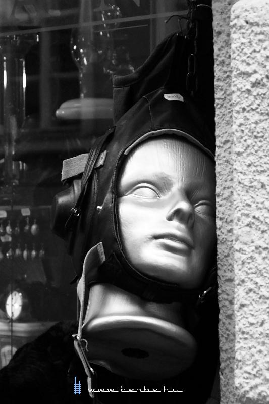 Horrorisztikus pilótasapkás próbababa - avagy nyak nélkül nem is baba fotó