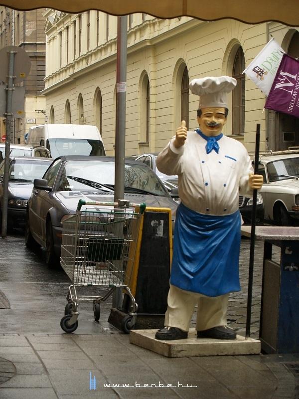 Mûanyag szakács a Váci utcában fotó