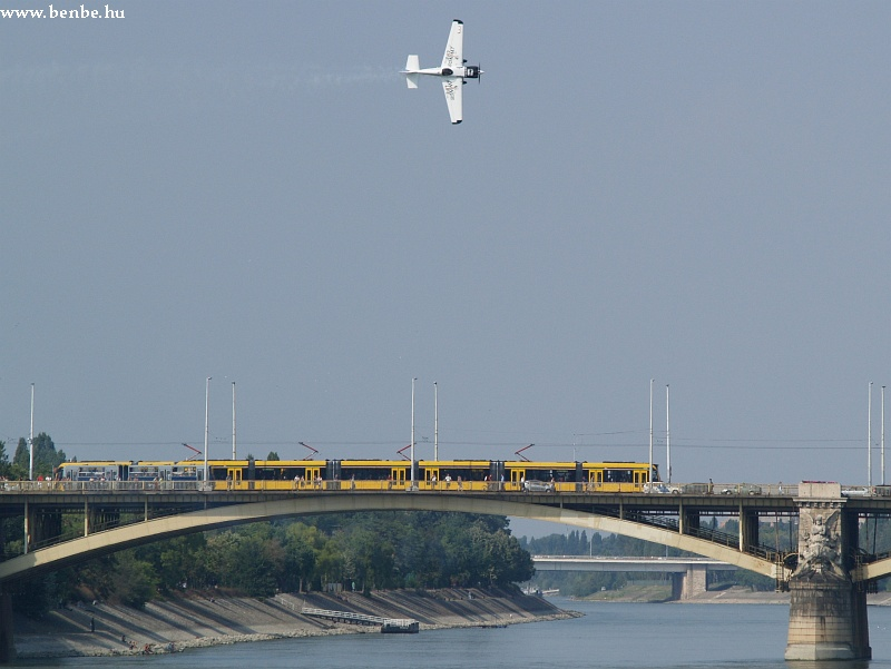 Red Bull Air Race és Combino a Margit hídon fotó