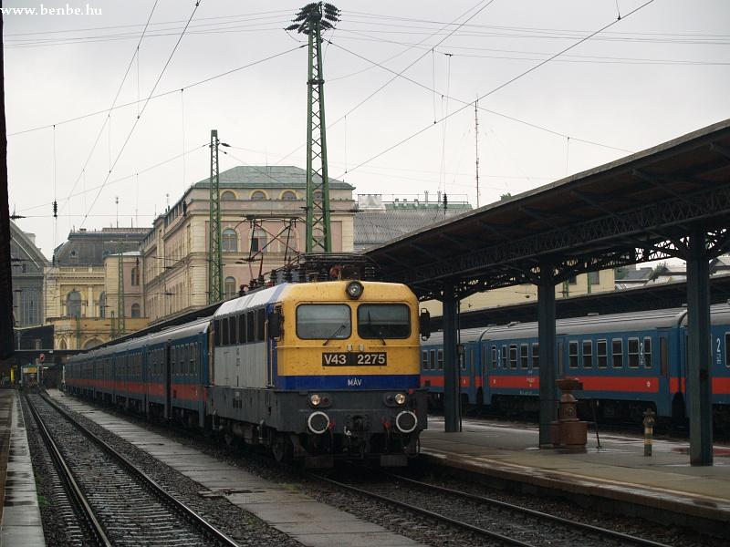 V43 2275 a Keleti pályaudvaron fotó