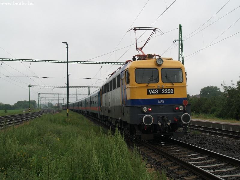 V43 2252 kivágtat Sülysápról fotó