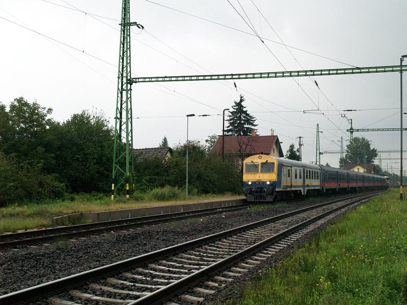 BDt 405 és a helyi személyvonat elindul Sülysáp állomásról fotó