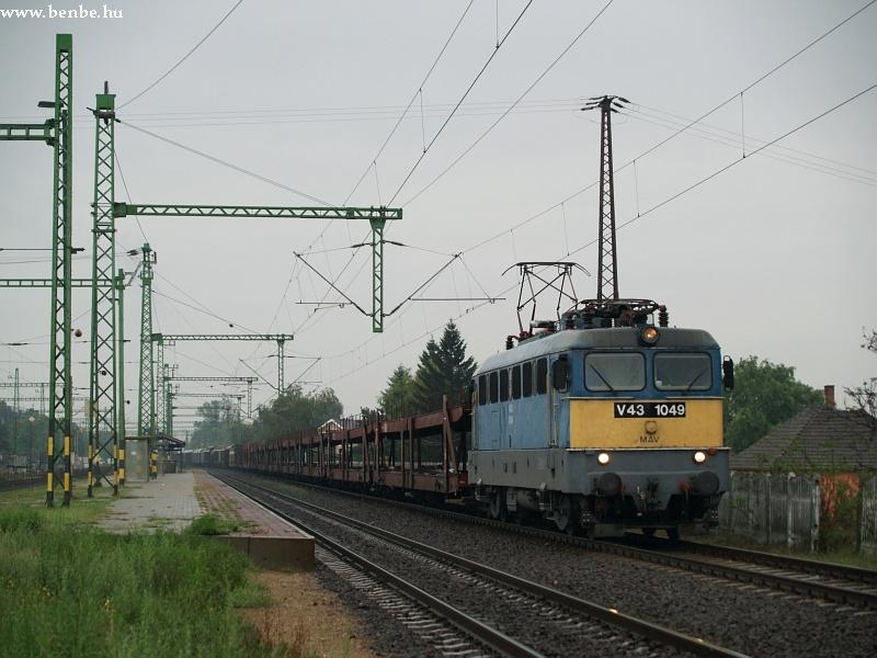 V43 1049 Sülysáp állomáson fotó