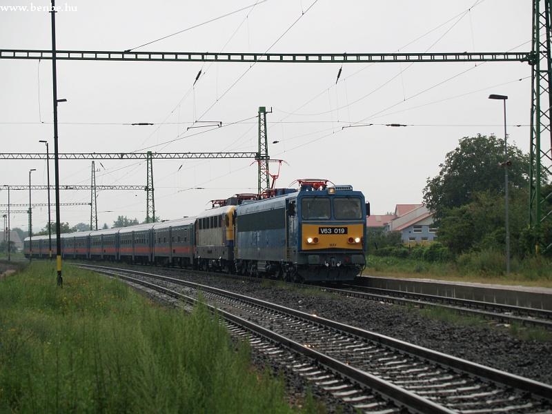V63 019 Sülysáp állomáson fotó