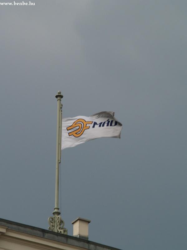 A MÁV új logója és zászalaja fotó