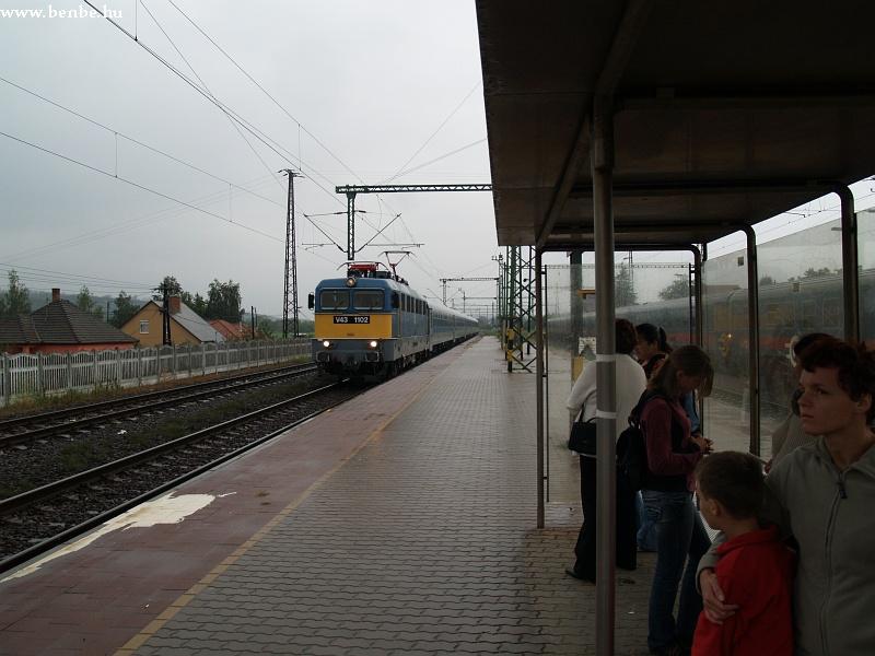 V43 1102 IC-vonattal halad át Sülysáp állomáson fotó