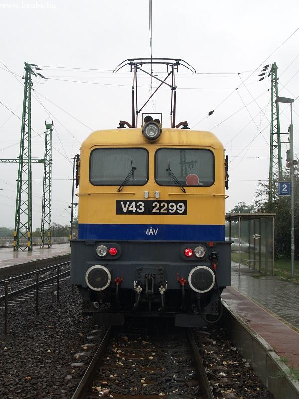 V43 2299 is ollós áramszedõvel jár fotó