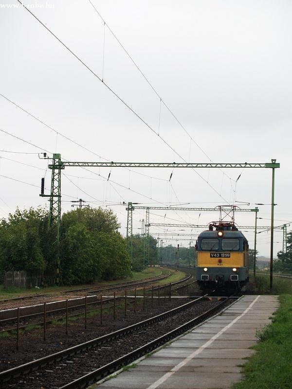 V43 1259 Maglód állomáson gépmenetként fotó