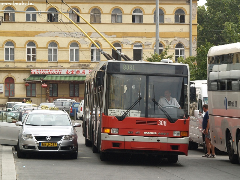 A metrópótlás idején közlekedõ ideiglenes járat a 80-81T fotó