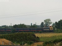 The V43 2302 arriving at Magl�d