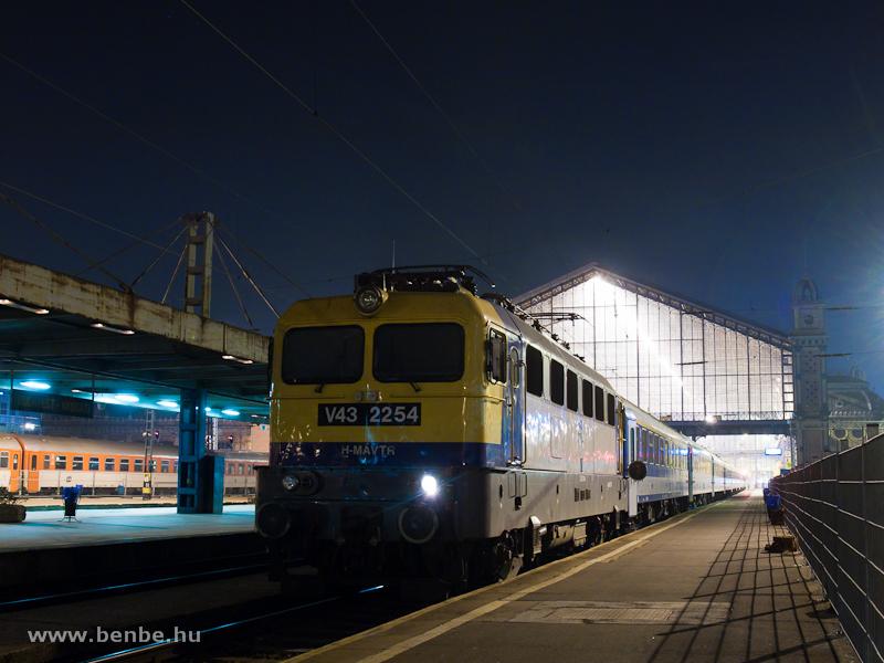 V43 2254 a Nyugati pályaudvaron fotó