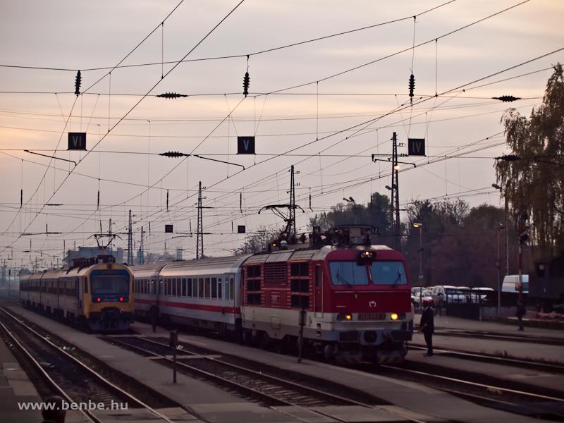 A ZSSK 350 003-0 és a MÁV-START BDVmot 020 Vác állomáson találkoznak fotó