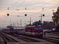 The ZSSK 350 003-0 and the MÁV-START BDVmot 020 at Vác station