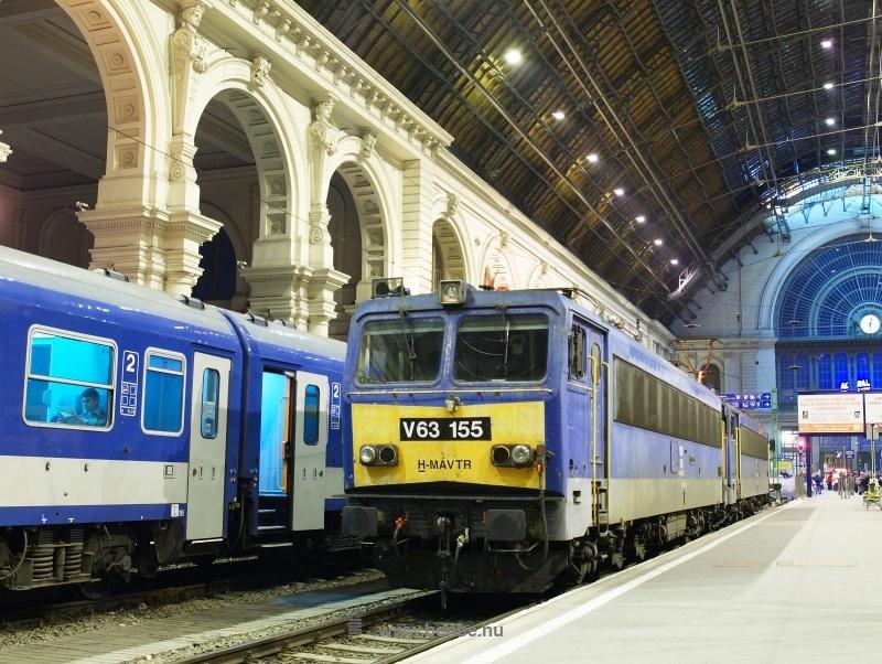 A V63 151 és V63 155-ből képzett W63 306 pályaszámú mozdony egy teljesítményéhez képest kicsi vonattal Budapest Keleti pályaudvaron fotó