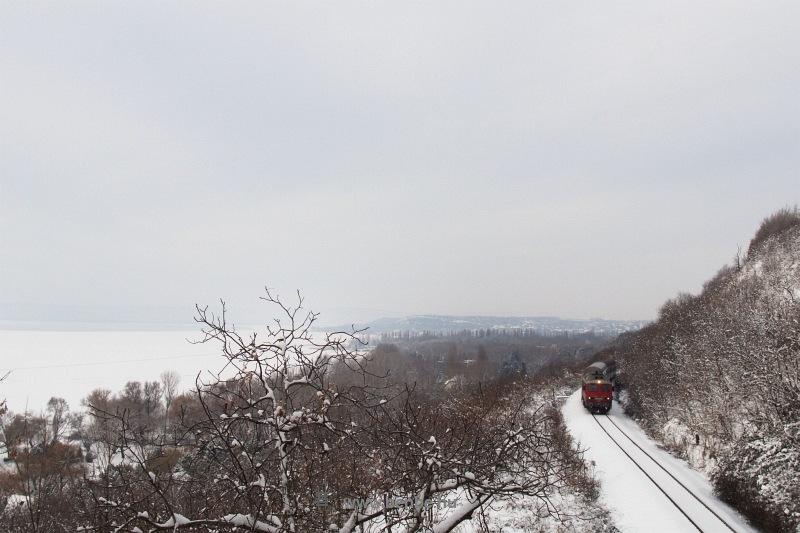 A nosztalgiafestésű M41 2143 bukkan elő a magaspart löszfala mögül Balatonkenese-Üdülőtelep és Balatonakarattya között fotó