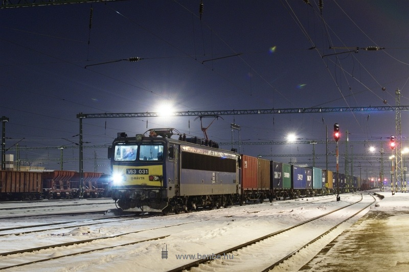 V63 031 konténervonattal Székesfehérváron fotó
