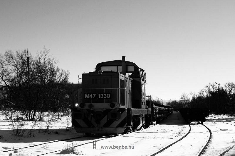 M47 1330 egy rakott bauxitvonattal Dudarbánya állomáson fotó