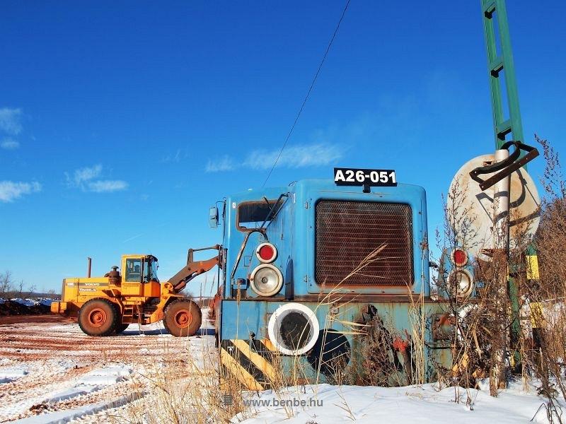 Az A26 051-es iparvasúti tolatómozdony a dudarbányai bauxitrakodón fotó