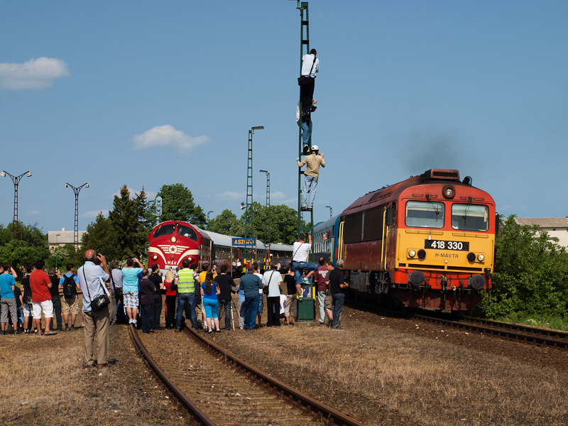 The M61 001 and the 418 330 (ex M41 2330) at Aszófő station photo