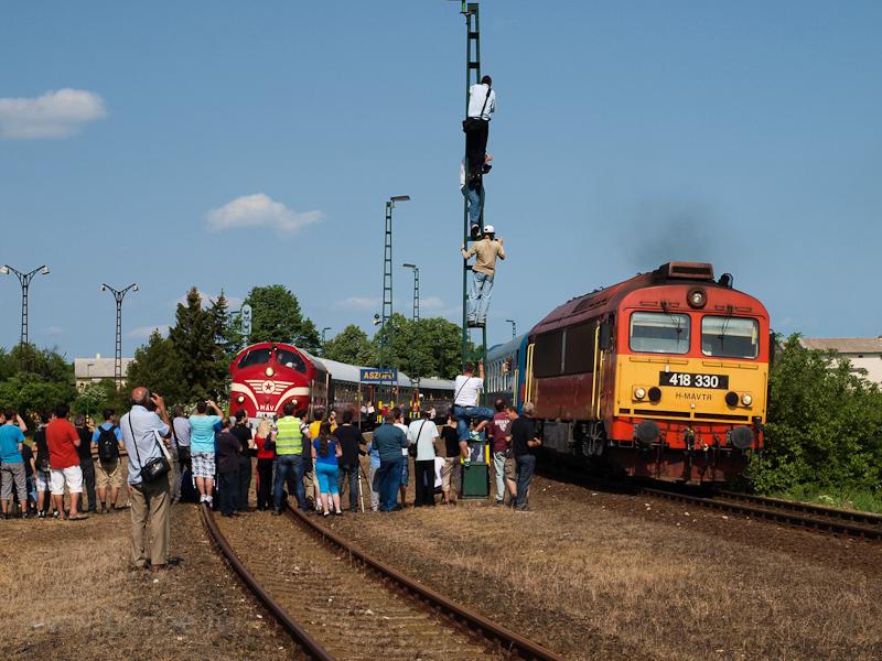 Az M61 001 és a 418 330 (ex M41 2330) Aszófő állomáson fotó