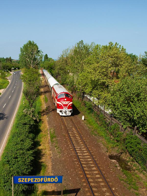 Az M61 001 a Balaton Retró Expressz nosztalgiavonattal Szepezdfürdőn fotó