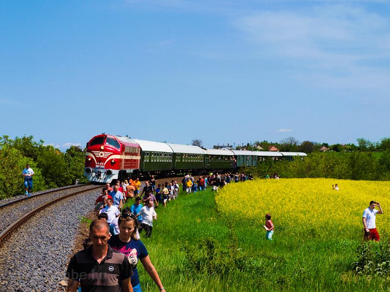 Az M61 001 a Balaton Retró Expresszel Füle megállóhely és Csajág között fotó