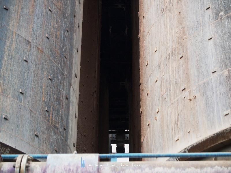 Tartályok a Magyar Alumínium Zrt. Ajkai Timföldgyárának fehér szakaszában fotó