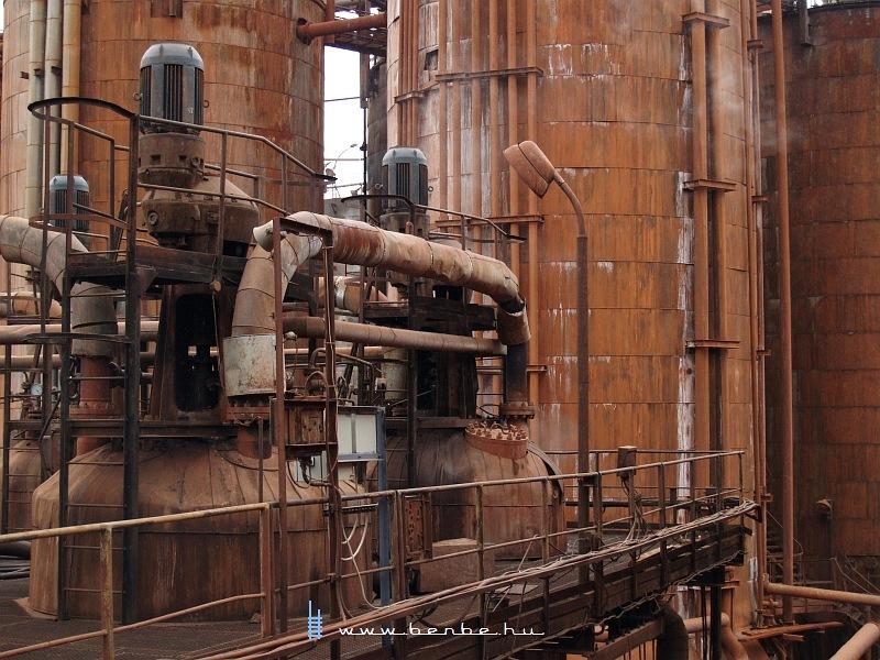 Tartályok és a bal szélen két autokláv a Magyar Alumínium Zrt. Ajkai Timföldgyárának vörös szakaszában fotó