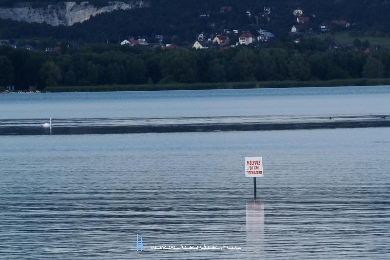 Sokszáz méterre a parttól kezdõdik a mélyvíz a maga 120 cm-ével fotó