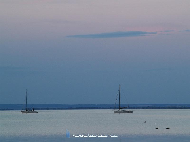 Vitorlások a Balatonon a Keszthelyi-öbölben fotó