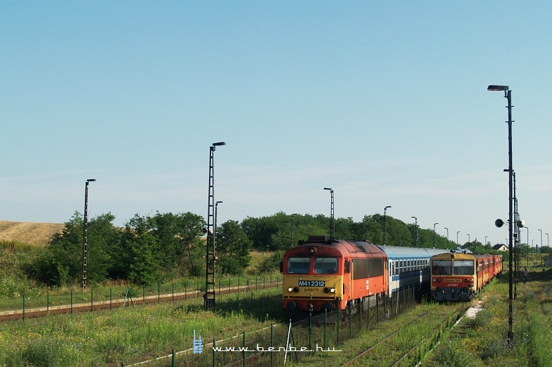 M41 2312 a reggeli InterCityvel Csajágon fotó