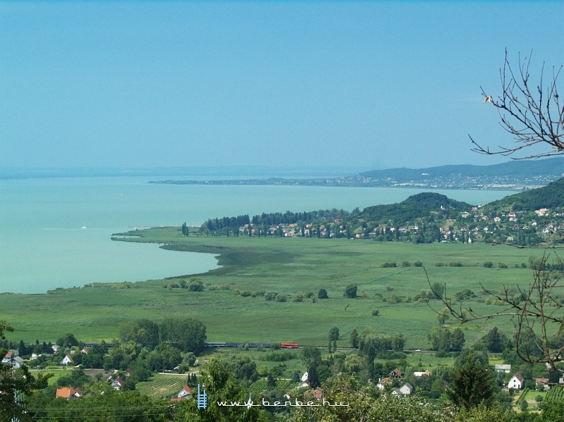 M41 2331 a Balatonnal a háttérben Badacsonylábdihegy és Badacsonytördemic-Szigliget között fotó