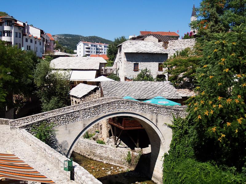 Mostar - Kriva Æuprija, a legöregebb híd Mostarban, amely a Radobolje folyón ível át fotó