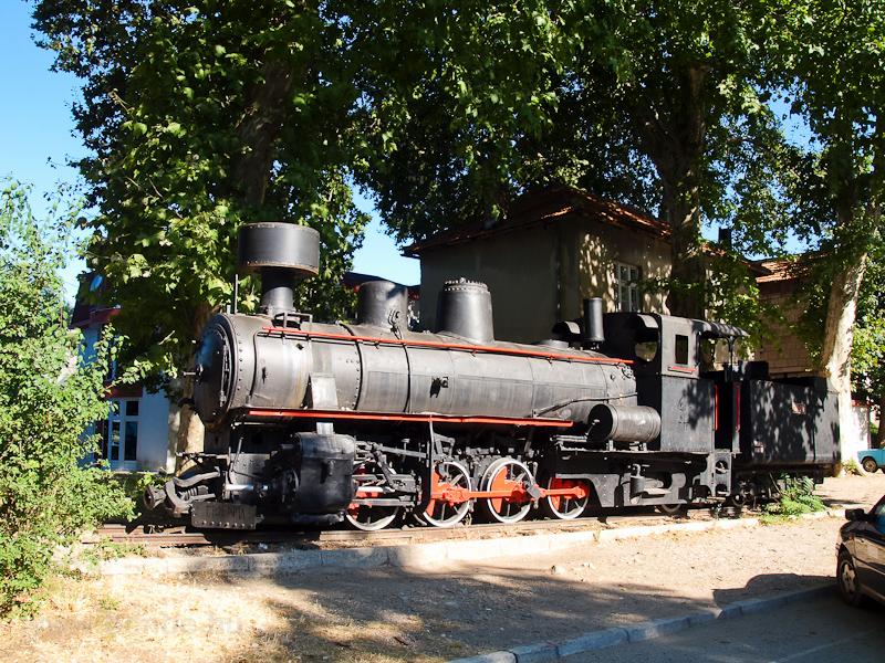 A JŽ 83.056 pályaszámú gőzmozdonya kiállítva Trebinje korábbi vasútállomásán fotó