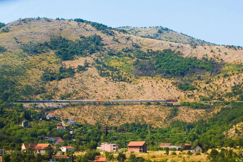 A Szerb Vasút egy 461 sorozatú gépe a Szabadka-Bar éjszakai vonattal hamarosan Podgoricába érkezik - a kép Biocénél készült fotó