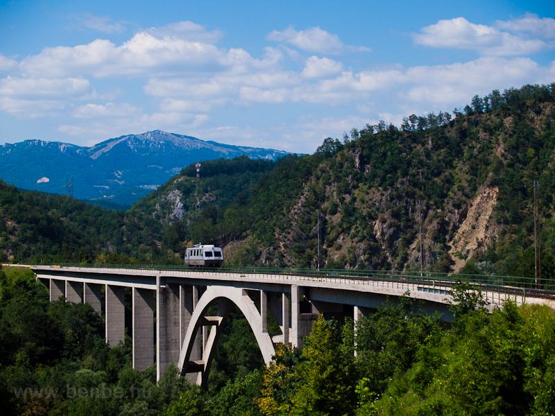 A Szerb Vasút 901-002 pályaszámú Plasser vágánydiagnosztikai mérőkocsija a Tara-viadukton Mojkovácnál fotó