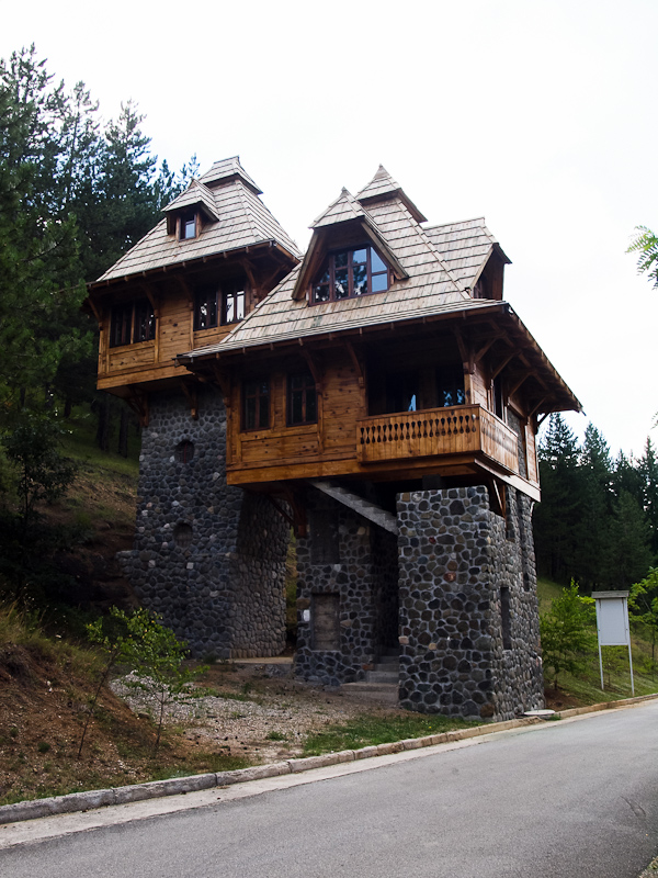 Ismeretlen célú fa épület Mokra Gora közelében fotó