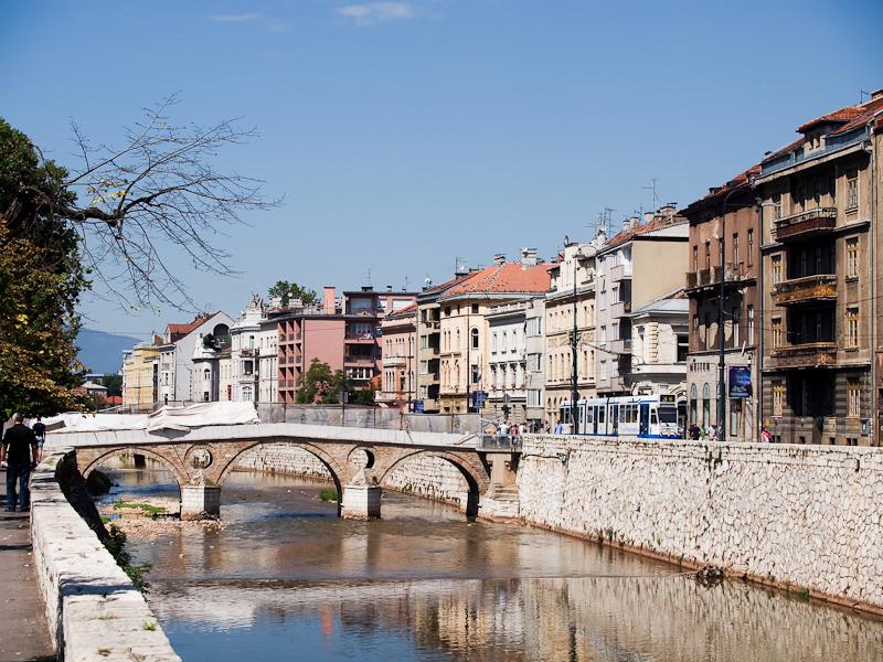 Szarajevo - ajándékba kapott amszterdami villamos a Miljacka patak partján fotó