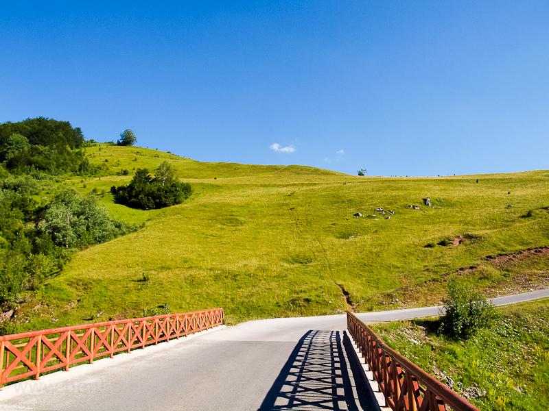Kilátás a Szarajevóból az igmáni olimpiai parkhoz vezető úttól fotó