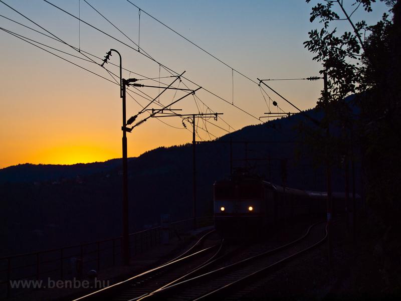 Vonat halad át Ovčari állomáson fotó