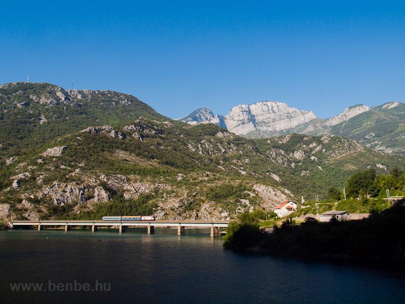 A ŽFBH 441-902 halad rövid Čapljina-Sarajevo személyvonatával a Neretva völgyében a Drežanka torkolatánál fotó