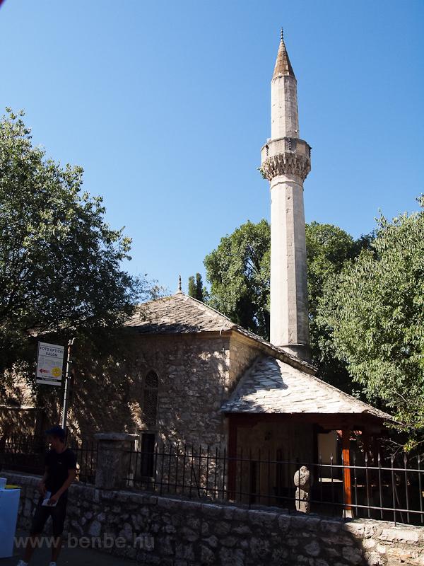 Kis mecset minarettel Mostarban fotó