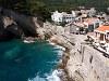 Petrovac középkori jellegét elnyomja a turizmus erőltetése, strandként viszont hihetetlenül erős, hogy középkori sikátoroktól tizenöt méterre fürdőzhetsz