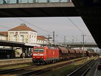 A DB AG 185 076-7 pályaszámú TRAXX villanymozdonya tehervonattal Regensburg Hauptbahnhof állomáson