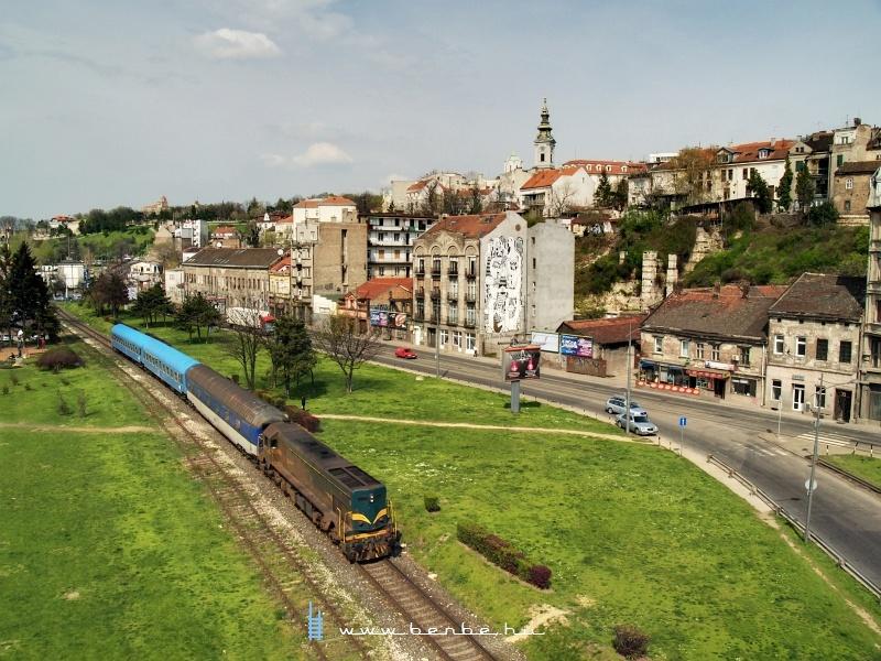 A 661-117-es Kennedy a Bukarest-Belgrád  gyors -vonattal a Száva-parton fotó