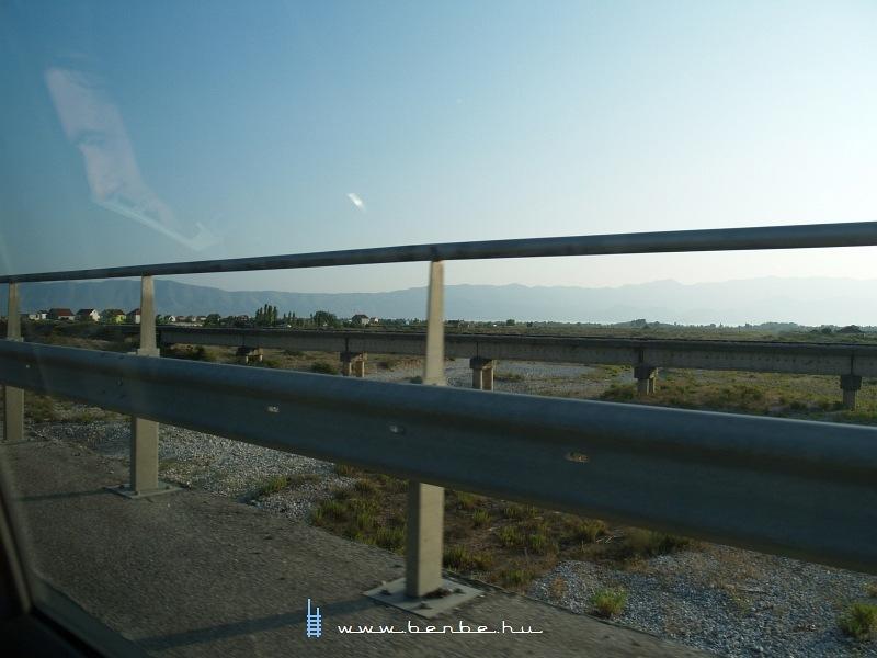 Híd az egyetlen, határt átlépõ albán vasúton fotó