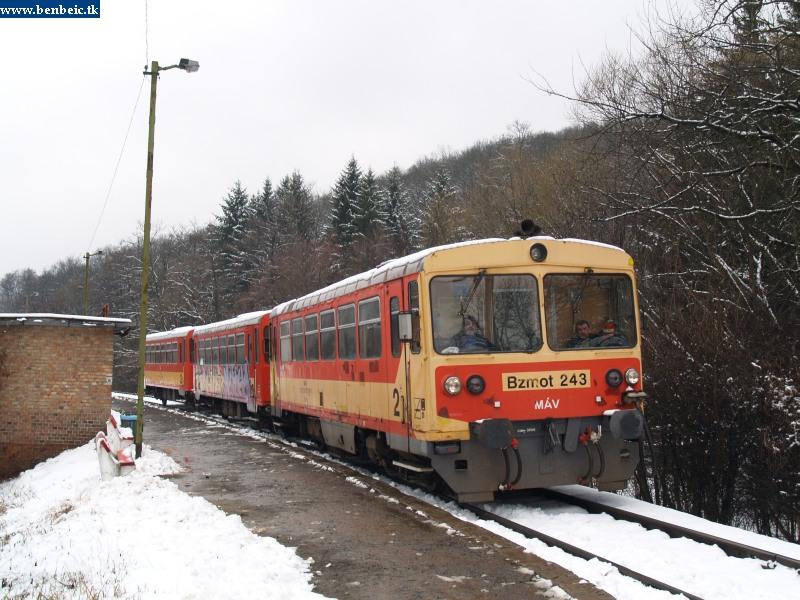 """Bzmot 243 """"nagyon kedves"""" mozdonyvezetõjével indul Magyarkútról fotó"""